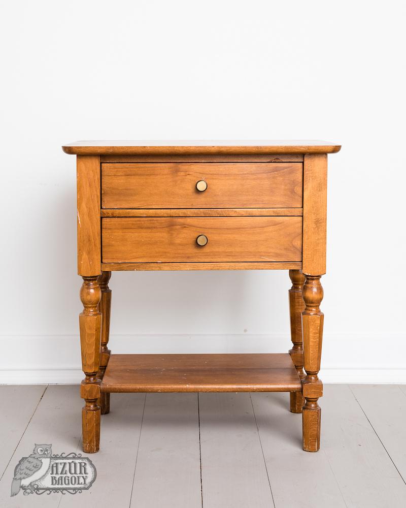 a bútorfestéshez választott darab egy lakkozott bútor, ami kissé ütött-kopott, de szerkezetileg teljesen jó állapotban van