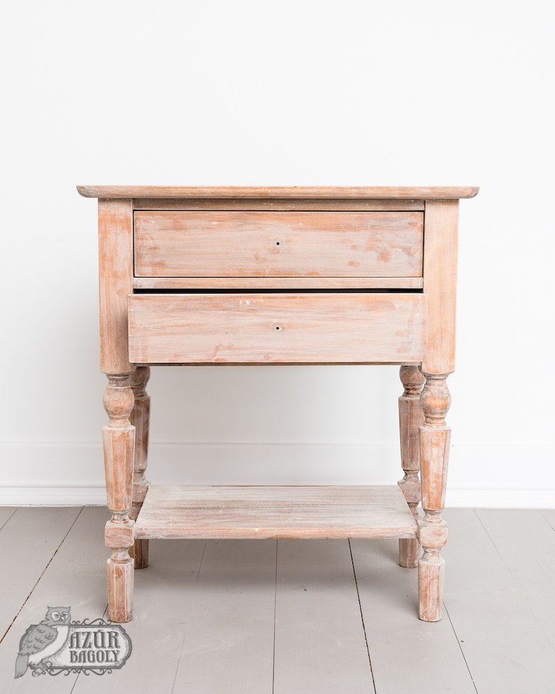 az érdesítéshez után a bútor felülete poros ugyan, de nem a megfelelő szemcsenagyságú csiszolópapírnak köszönhetően nincsen összekarcolva