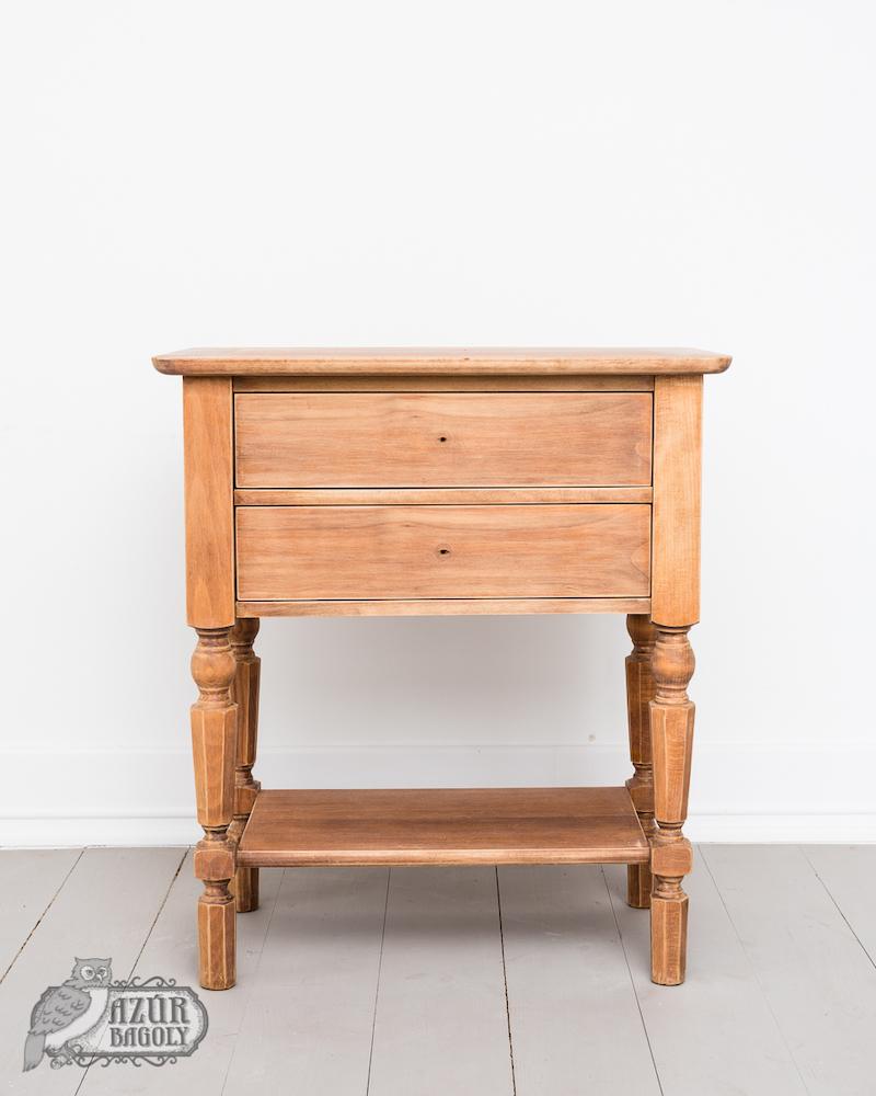 a zsírtalanítás a festés előtt nem az egyetlen teendő, a bútoron a tisztítás után látszik, hogy az érdesítés nem mindenhol egyformán hozta le az eredeti rétegeket (a nyers fa pedig alig-alig bújt csak elő)