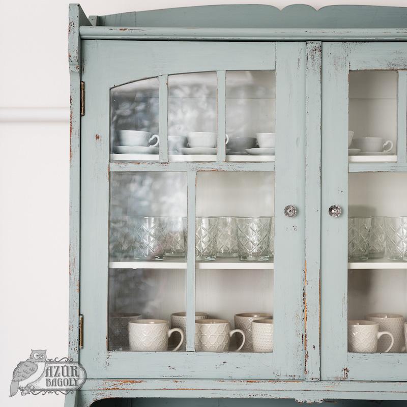 a bútorfestés vintage stílusban könnyedén megvalósítható az Azúr Bagoly Tejfesték Provence színével - a tálalószekrény részlete