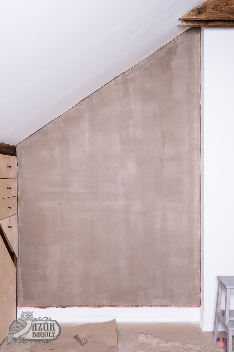 az első réteg a falon még nem fed tökéletesen, de ez nem baj