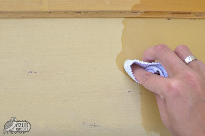 a viaszoláshoz a bútor felületén körkörös mozdulatokkal kell bedörzsölni az anyagot - Azúr Bagoly