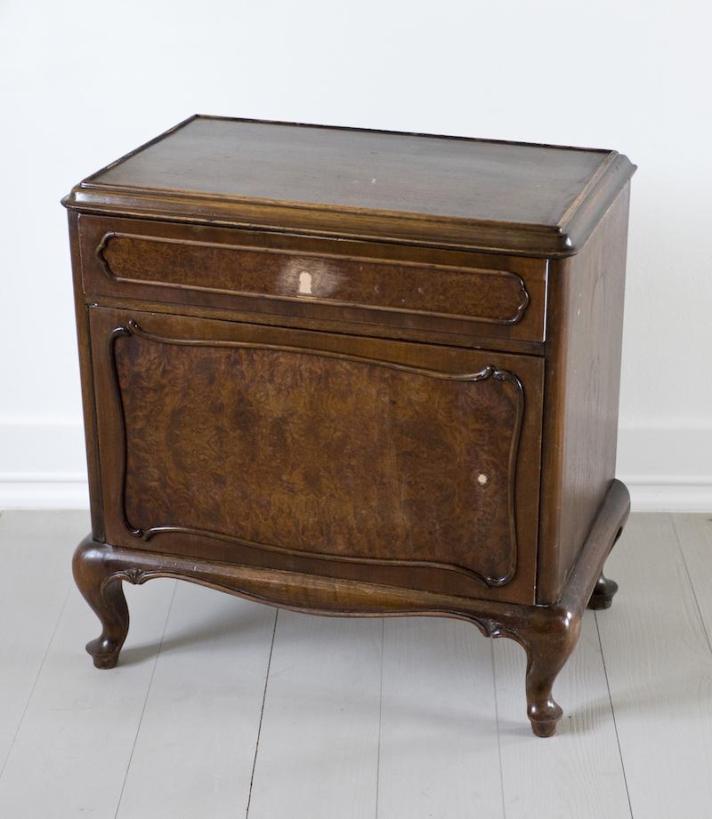 festésre váró régi bútor