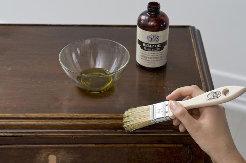 az olajozás a festés előtt segít a régies felület kialakításában