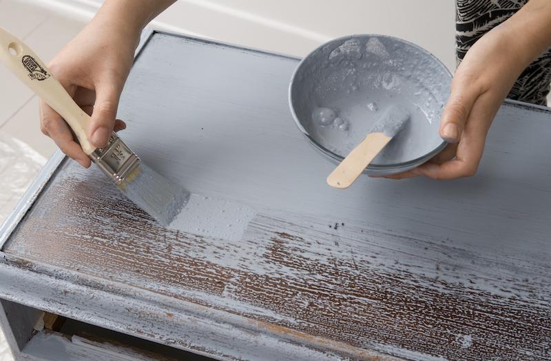 a második festékréteg már az antikoláshoz előkészített felületen is szépen fed