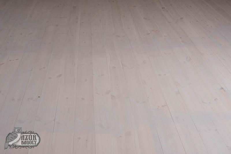 padlófestés, első réteg - fapadló festés közben - Azúr Bagoly Tejfesték